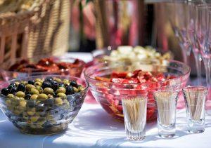 Kaltes Büffet mit Oliven und gefüllten Paprika