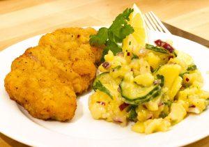 frisch gebratenes Schweineschnitzel mit hausgemachtem Kartoffelsalat